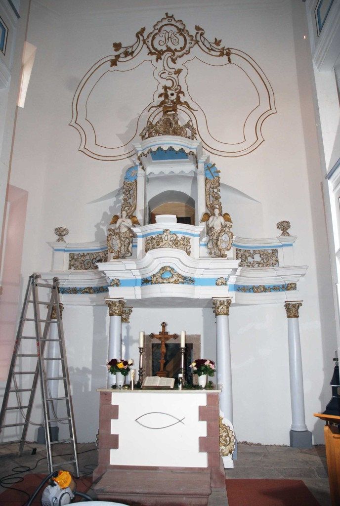 Kirche Elgersburg, Altarwand Zweifacher Anstrich mit Kalzil Wandfarbe standard